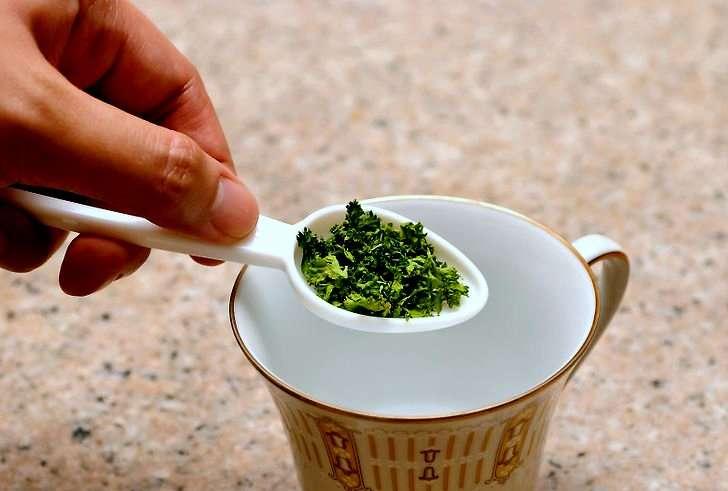 Ako ste gojazni čaj od peršuna  će vam olakšati put do umjerene težine.